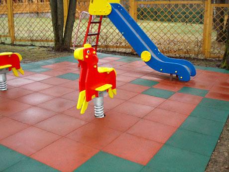 Преимущества резиновой плитки для детской площадки