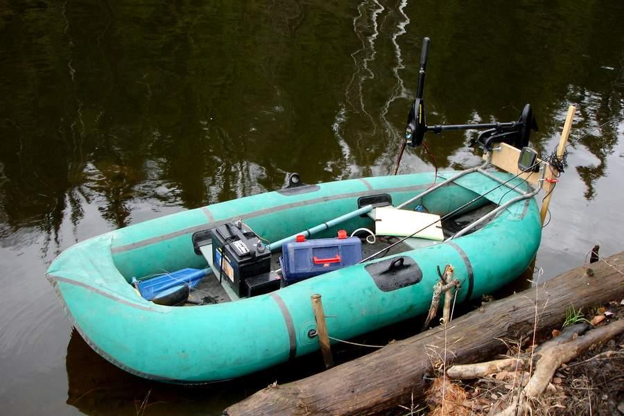 Крепить мотор к резиновой лодке